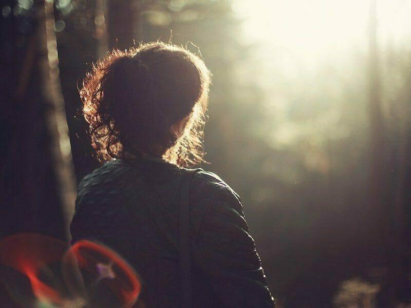 Mujer contemplando paisaje, en el artículo Viviendo en piloto automático